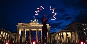 Almanya'da ışıklı Kovid-19 gösterisi