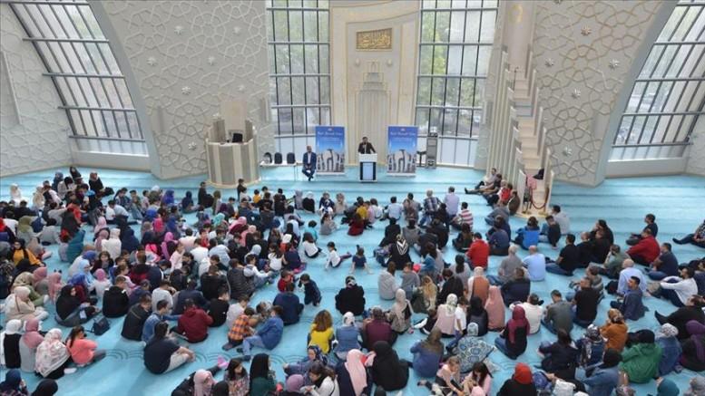 Almanya'da Müslüman öğrenciler camide dua ederek okula başladı