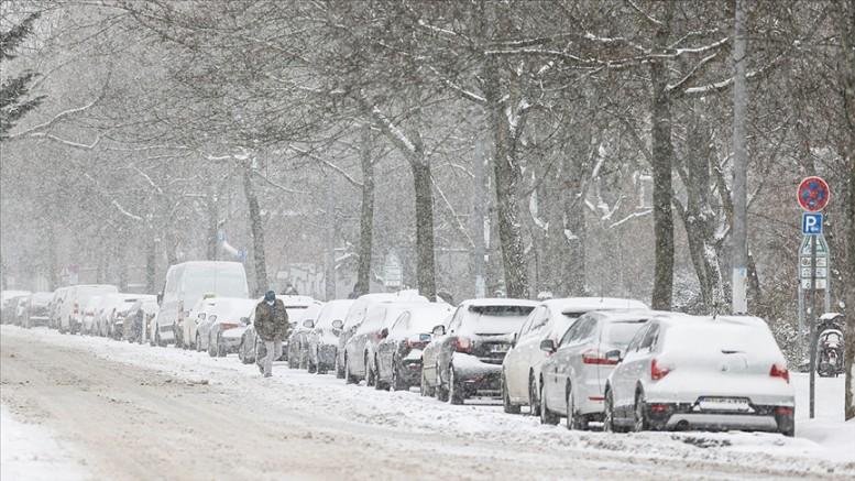 Almanya'da yoğun kar yağışı ve dondurucu soğuklar hayatı olumsuz etkiliyor