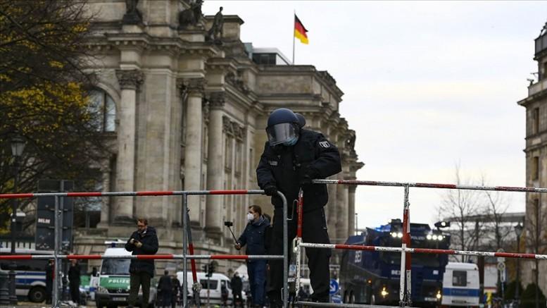 Merkel'in Kovid-19 tedbirlerini en az 2 ay daha uzatmak istediği iddia edildi